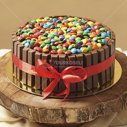 Delicious Chocolate Cake with KitKat